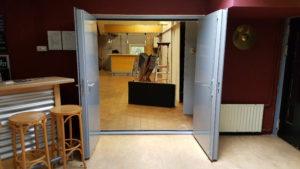 dubbele geluidsisolerende deuren geopend